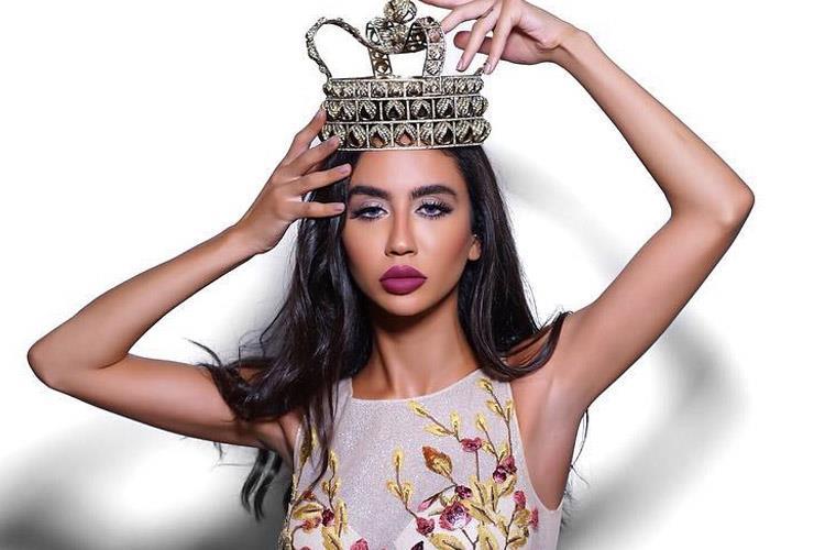 Salwa Akar mengenakan mahkota sebagai Miss Earth
