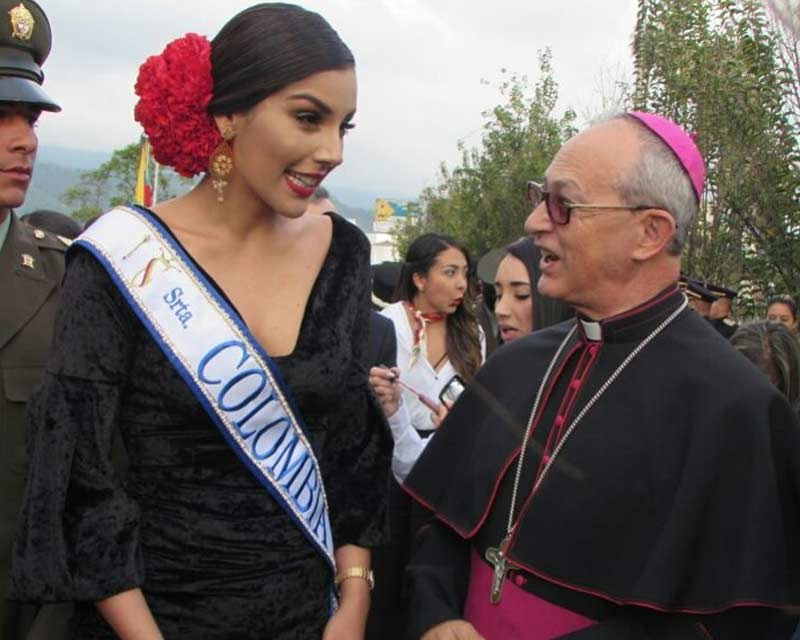 Laura González graces the traditional Manizales Parade along with Reinado contestants