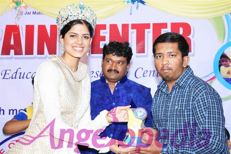 Asha Bhat Miss Supranational 2014, interacting with students