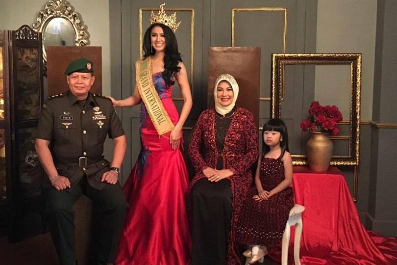 Ariska Putri looks gorgeous with her family in Portrait Photoshoot